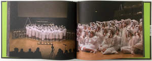 "Vue d'une double page du live de gloria Friedmann ""Tableaux vivants"""
